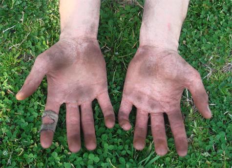 dirty-working-hands-green-grass
